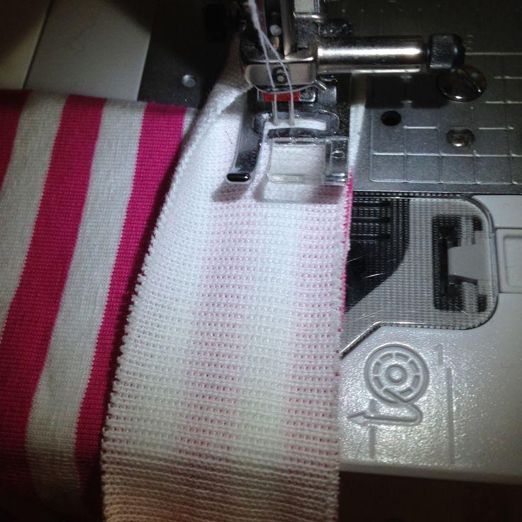 Å kante med tvillingnål og ribb er veldig greit å kunne. Jeg bruker det mye på barnetøy (bodyer, gensere, lommer etc.), men også på en del ...