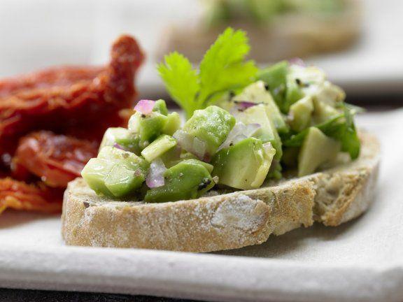 Der italienische Appetizer mal anders: mit sanfter Avocado und vielen frischen Kräutern: Röstbrote mit Avocado-Tatar und gedörrten Tomaten |