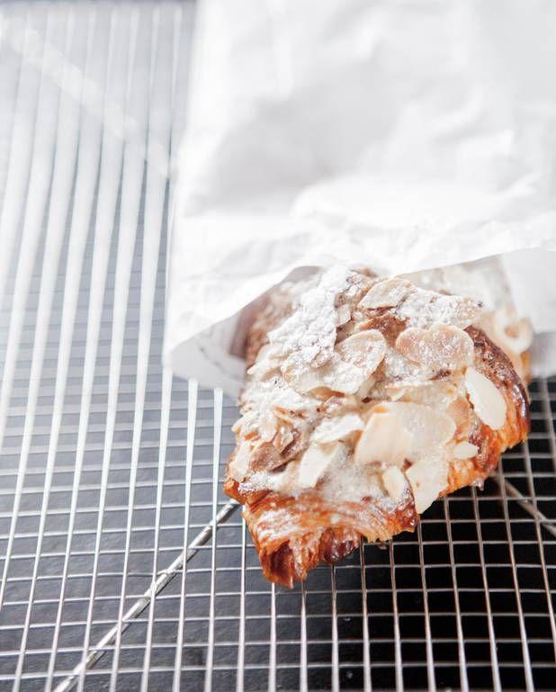 Croissant-du-lendemain-de-Christophe-Michalak- Ingrédients      4 croissants 100 g d'amandes effilées       un peu de sucre glace  Sirop à la fleur d'oranger      150 g de sucre      50 g d'eau de fleur d'oranger   Crème amande minute      50 g de beurre demisel 50 g de sucre glace     50 g de poudre d'amande brute bio 1 oeuf