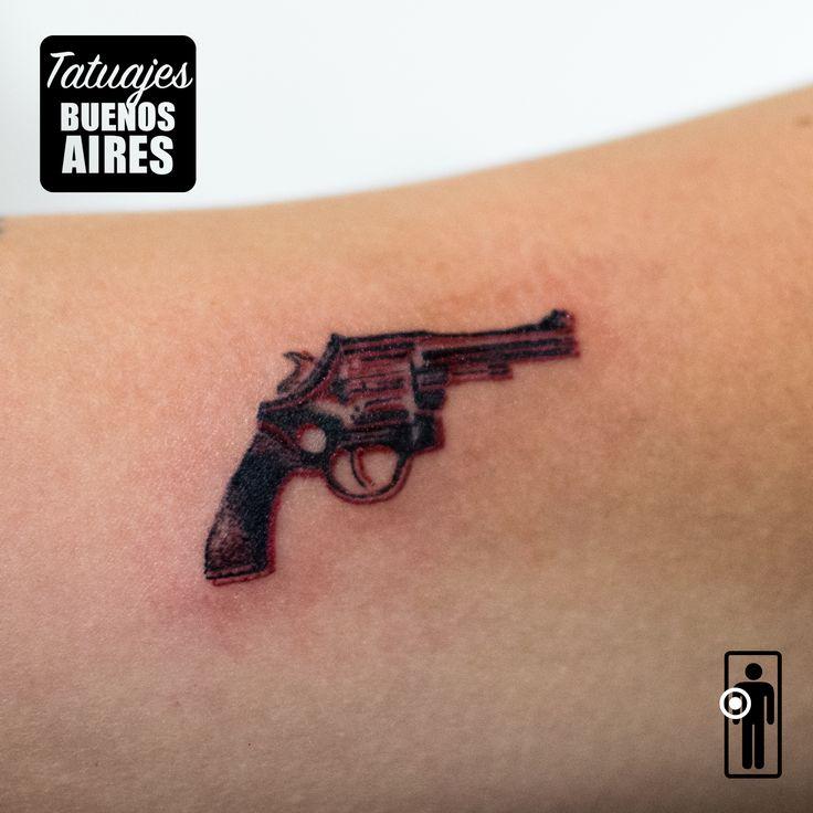 Tatuaje Pistola: #Tattoo #Revolver #Arma #brazo #Mujer #Mujeres #Chicas #Minimalista #Pequeño #Chico