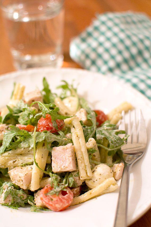 Sallad med skinka, pasta och pesto