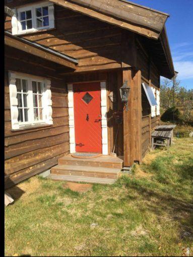 Helnorsk hytte med klassisk hyttedør