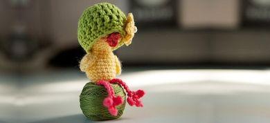 Λίγο πριν αρχίσουν τα επίσημα μαθήματα Crochet Doll του Theia Lab, μαθαίνουμε να φτιάχνουμε κουκλάκια αμιγκουρούμι στο σπίτι.