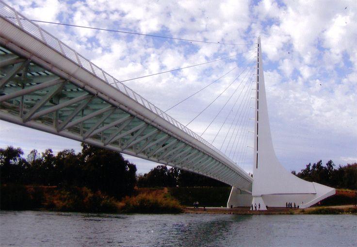 ゴッチさんが感動したというベルギーのリエージュ駅を建築した「サンティアゴ・カラトラヴァ」がデザインしたサンダイアル歩道橋/米カリフォルニア州レディング