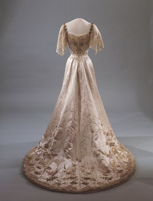 1906 Gala dress of Queen Maud of Norway. http://25.media.tumblr.com/tumblr_m67kprkcMt1qf46efo2_500.jpg