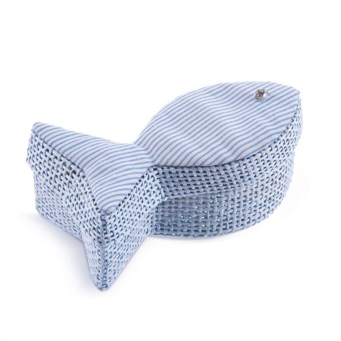 Κεράσματα γέννας Ψάθινο κουτάκι ψαράκι.  Διαστάσεις: 10x4cm  Η τιμή περιλαμβάνει 2 κουφέτα Χατζηγιαννάκη Crispy & το δέσιμο από εμάς.