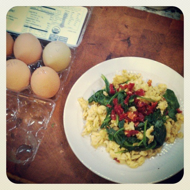 scramble eggs with spinash and sun-dried tomatoes