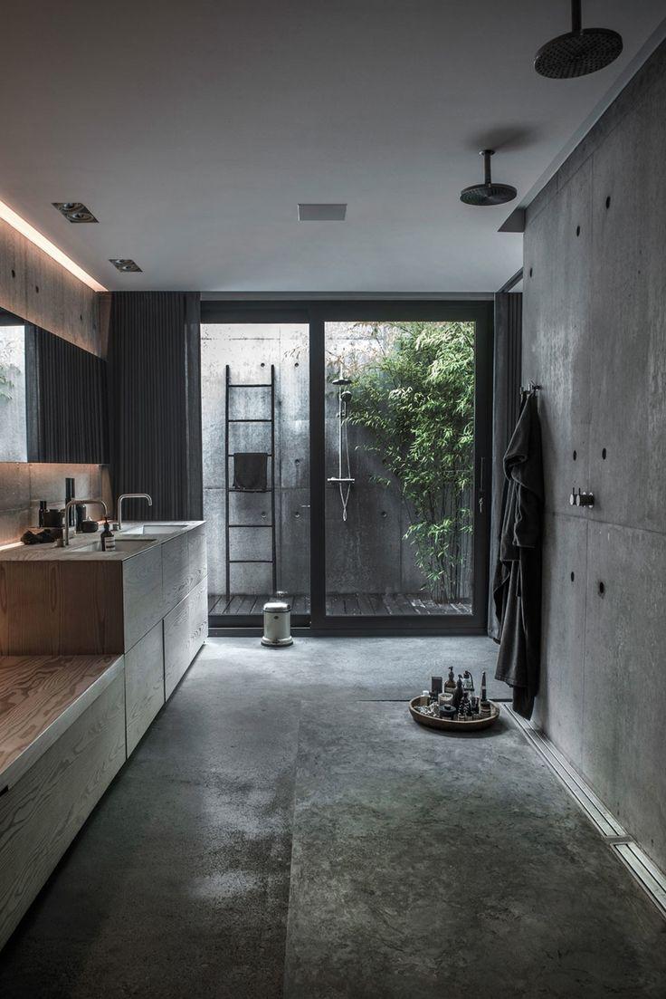 Moderne bad med tremøbler.