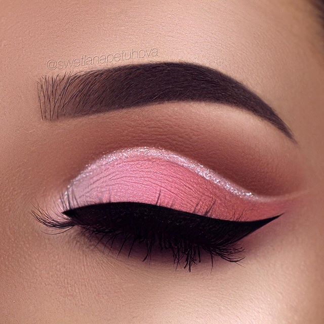 "Let me introduce you this pinky peachy ombré glitter cut these hoes off crease 💁 I got inspired by the design of the @toofaced sweet peach palette 😍🍑 Brows: @anastasiabeverlyhills waterproof creme color in sable Eyeshadow: @toofaced sweet peach palette ""Georgia"", ""Purée"", ""Super Yum"" in my crease and ""Candied Peach"", ""Just Peach"", ""White Peach"" and @maccosmetics ""Sushi Flower"" on my lid Glitter: @urbandecay heavy metal liner ""Junkshow"" Liner: @tartecosmetics tarteist clay paint liner"