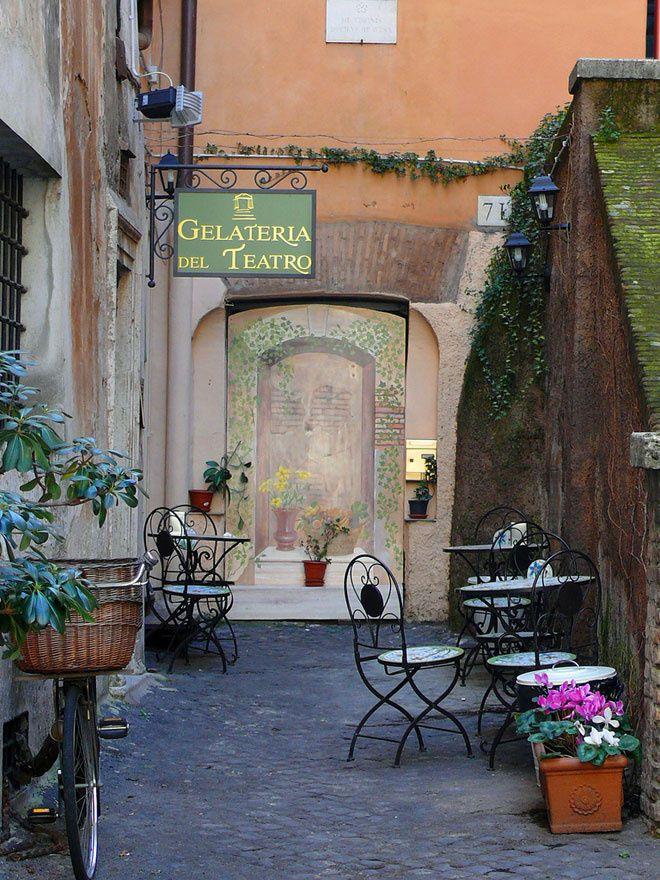 Un glacier : Gelateria del Teatro Rome http://www.vogue.fr/voyages/adresses/diaporama/les-meilleurs-htels-restaurants-bars-rome/20432#un-glacier-gelateria-del-teatro