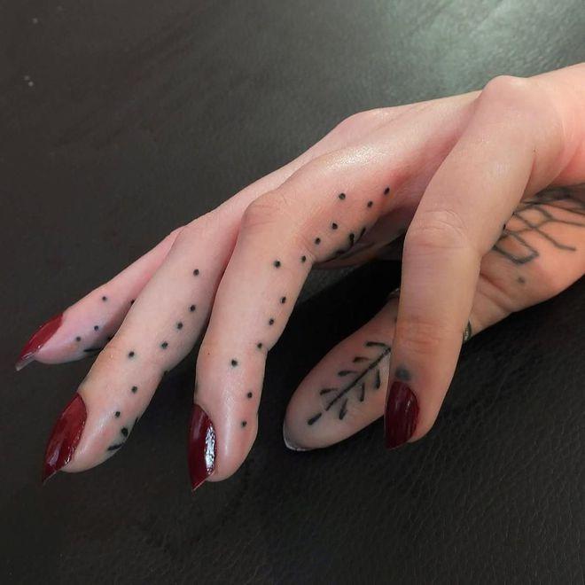 1000 id es sur le th me tatouages des doigts sur pinterest tatouages encre tatouages et - Petit tatouage main ...