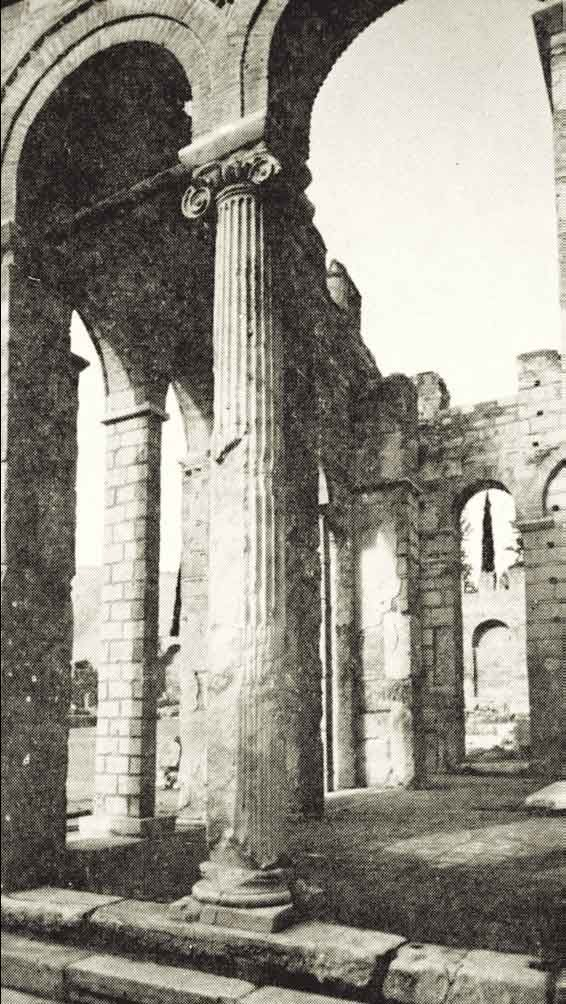 Ο κίονας στη Μονή Δαφνίου από το Ιερό του Απόλλωνα. Τους άρπαξε ο Ελγιν και βρίσκονται στο Βρετανικό Μουσείο
