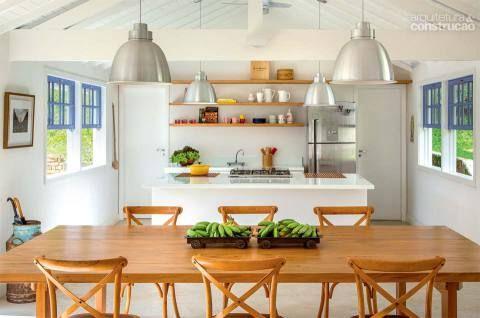GALPÃO 1: na moradia do meio fica a área social, com a cozinha aberta para o estar. A ilha de marmoglass (1,45 x 2,80 m, da Apicoar) embute o cooktop. Projeto de André Luque.