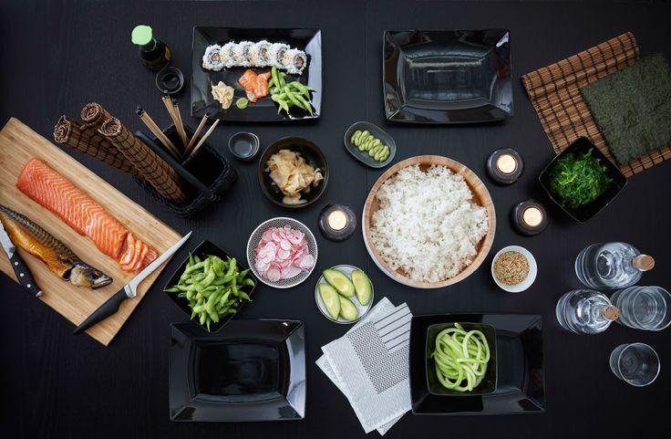 Trakteer jezelf op vrijdagavond op zelfgemaakte sushi, met wasabi en schijfjes gember voor de afwerking.