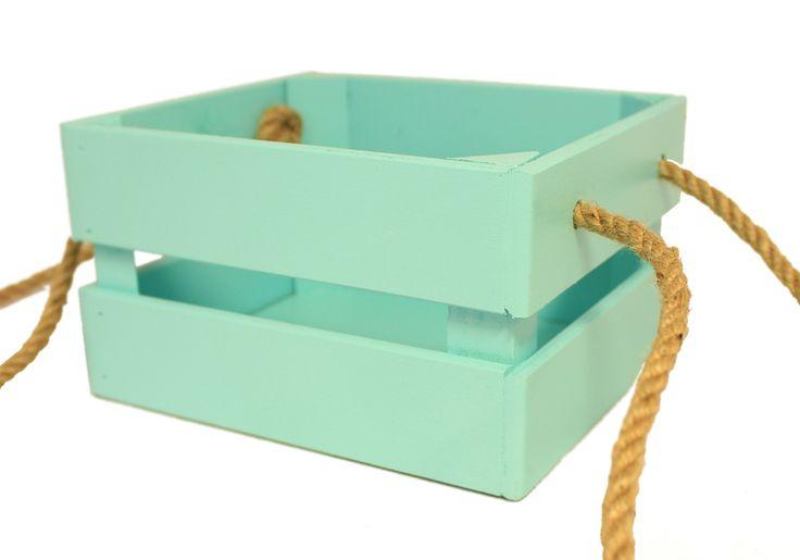 Ящик для цветов с ручками из шпагата выполнен в цвете Тиффани-Тиффани. Окрашен водоэмульсионными красками. Дно состоит из МДФ. Боковые рейки из фанеры толщиной 6 мм. Углы укреплены брусом. Ящик сколочен и дополнительно проклеен на местах стыка деталей. Размер изделия в длину 17,5 см, в высоту 10 см, в ширину 15 см. Используются такие деревянные ящики для растений, подарков и различных бытовых нужд.