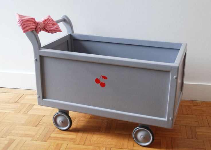 Mademoiselle Minouchette / Pia est un petit chariot pour enfant qui peut servir de coffre à jouets, de lit de poupée. Un joli meuble qui provient des années 40.