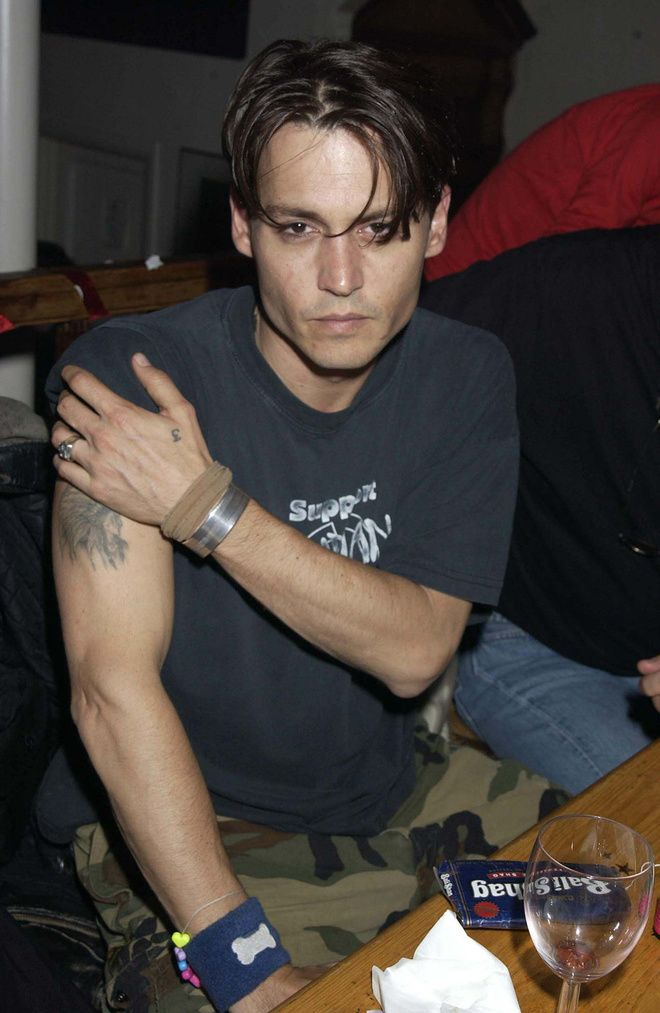 Le style Nineties de Johnny Depp, tatouages