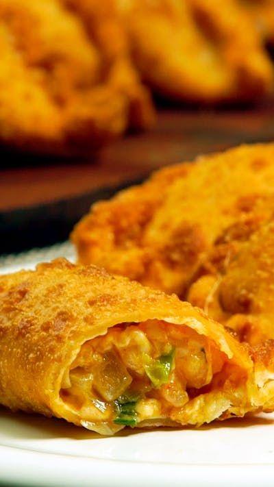 Receta con instrucciones en video: Una combinación que no puede fallar Ingredientes: 1 paquete masa empanada para freír, 300 gr. de camarones limpios, 100 gr. de queso mozzarella, 2 cebollas de verdeo picadas, 1 cda. de ajo en polvo, 1 cda. de pimentón, 1 cda. de mantequilla, Sal, pimienta, aceite para freír