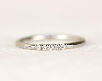 14 K gelb solid gold Micropavé Set mit weißen Diamanten.  -Dieser Ring ist Satin(MATTE) fertig.  -Dieser Ring wurde von hand gemacht.  -Die Band ist sehr zierlich und zart.  -Dieser Ring wäre perfekt aufeinander abgestimmte Ehering und ist ein Ideal zum Stapeln von meine zierliche Ringe  -Die Band misst 1,30 mm Stärke.  -1mm weiss Diamant, feine Qualität Diamanten. (FARBE: F, KLARHEIT: VS, KONFLIKTFREIE)  Schauen Sie hier - 14k Weißgold mit weißen Diamanten…
