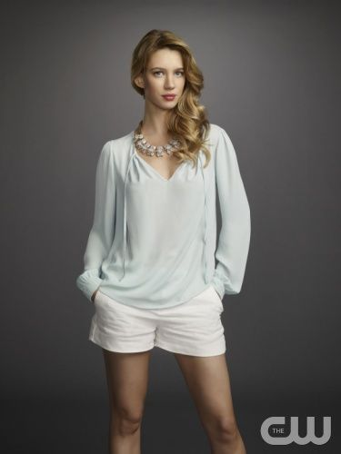 Jane The Virgin -- Image: JAV01_JS_PETRA_0261r -- Pictured: Yael Grobglas as Petra -- Photo: JSquared/The CW -- © 2014 The CW Network, LLC. All rights reserved.
