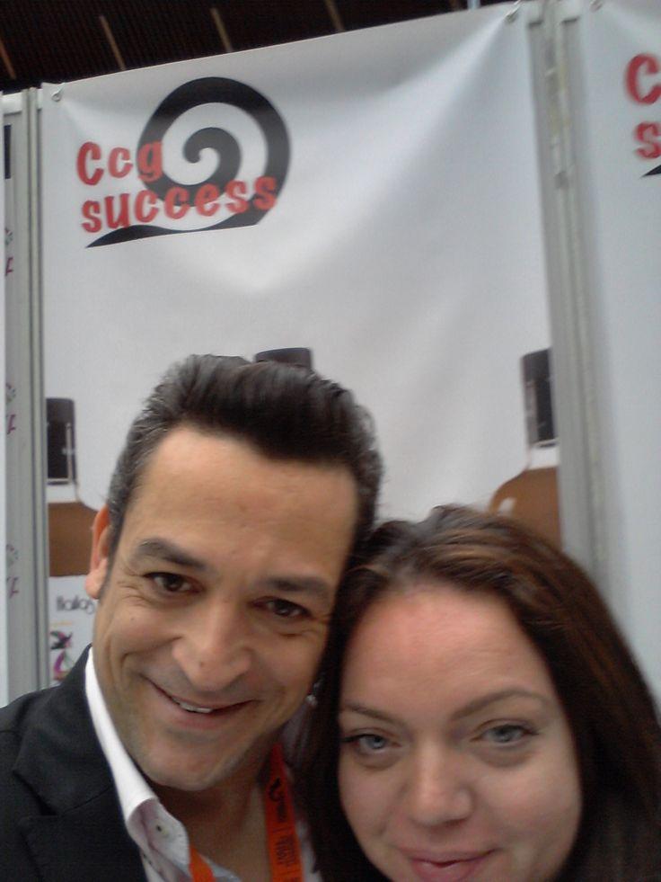 Silvia y Carlos mostrando los productos de Ccg Success
