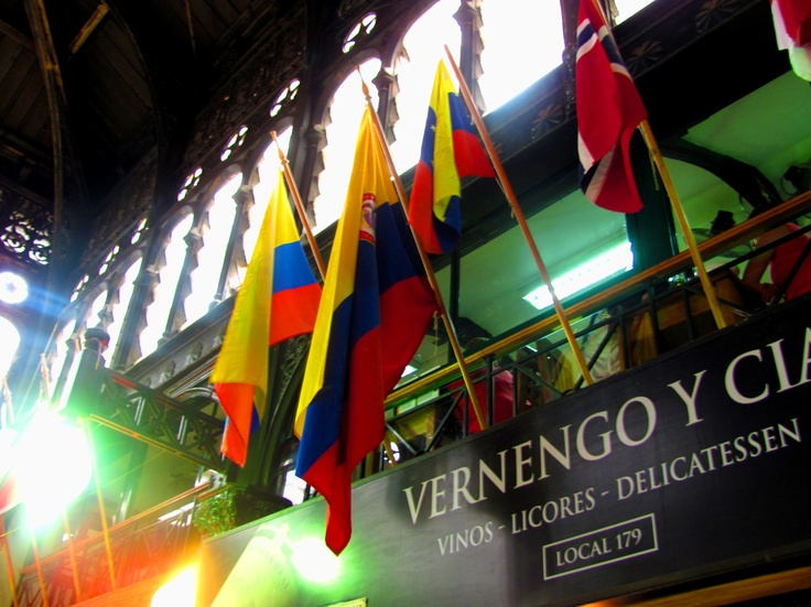 Bandera de Colombia en Mercado Central, Santiago de Chile.