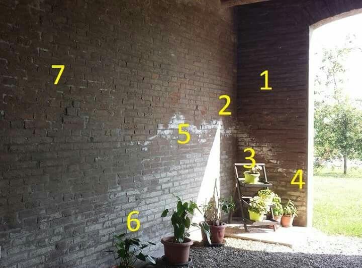 Codrea (Ferrara): leggiamo cosa ci racconta questo muro in fatto di umidità di risalita. Il muro fa parte di un fienile con stalla ora utilizzato come ricovero attrezzi, perciò sono presenti di numerosi sali nitrati evacuati nelle lettiere degli animali anni prima. La parete è riparata dalla pioggia e si è conservata la striscia di sali cristallizzati.  1 - zona del muro asciutta 2 - zona del muro mantenuta bagnata dall'igroscopia dei sali 3 - attuale posizione della fuoriuscita salina in…