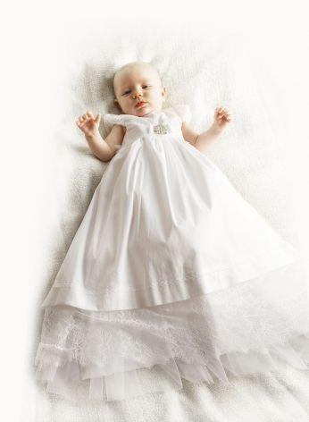 długa sukieneczka do chrztu z dekoracyjna broszka