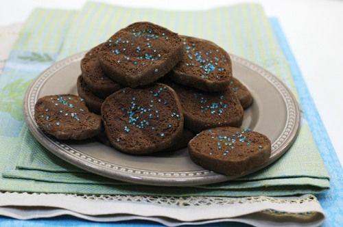 Простейшее печенье из песочного теста, делается быстро, нужно только заранее купить хороший шоколад и не забыть вынуть масло из холодильника. Из этого теста…