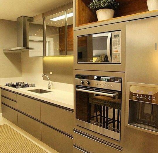 Cozinha bege, microondas e fogao altos e embutidos #kitchen #cocina #cozinhamoderna #homedecor #interiordesign #decoração