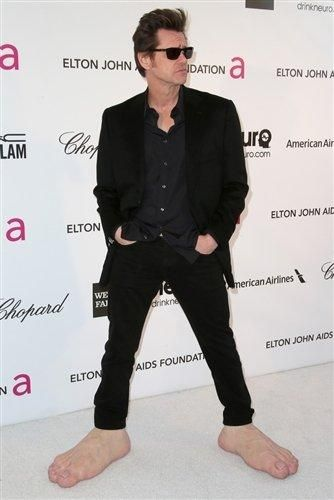 Jim Carrey wears giant feet to Elton John's Oscar bash (Photo: Getty Images) #Oscars