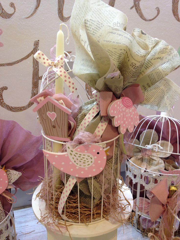 Πασχαλινό κλουβί με ξύλινα διακοσμητικά. Περιέχει σοκολατένιο αυγό & λαμπάδα. www.nikolas-ker.gr