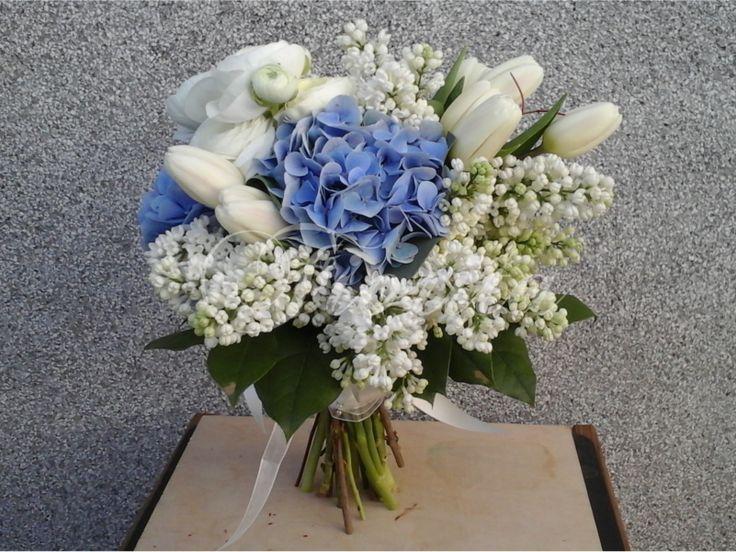 Kytice nevěsty z hortenzií, tulipánů, pryskyřníků a šeříků
