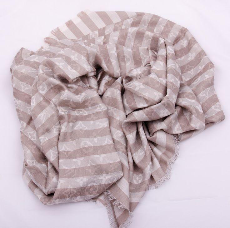 Новая модель, теплый палантин-платок Louis Vuitton серый в полоску с монограммами. Материал шерсть + шелк металлический люрекс. Размер 140х140см #19341