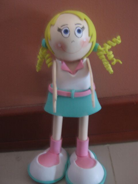 Muñeca en fomy, falda verde