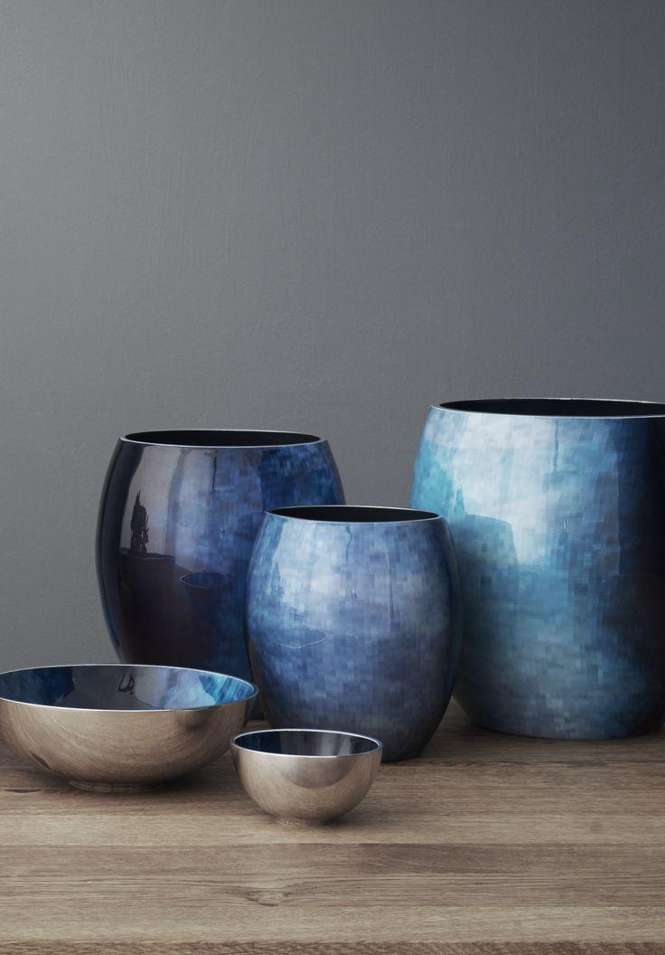 Den smukke nye serie Horizon fra Stelton - Takket være de unikke mønstre og de dybe blågrønne nuancer afspejler kollektionen refleksionerne i det stille vand, når man kigger udover horisonten. #Stockholmhorizon #inspirationdk #Stelton #blue #vase #Horizon #Stockholm #BernadotteKylberg #Nyhed