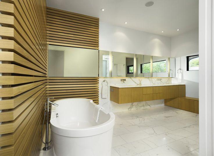 Дизайн белой ванной комнаты (75 фото): «чистая» гармония http://happymodern.ru/dizajn-beloj-vannoj-komnaty-75-foto-chistaya-garmoniya/ Стильная ванная комната с элементами дерева