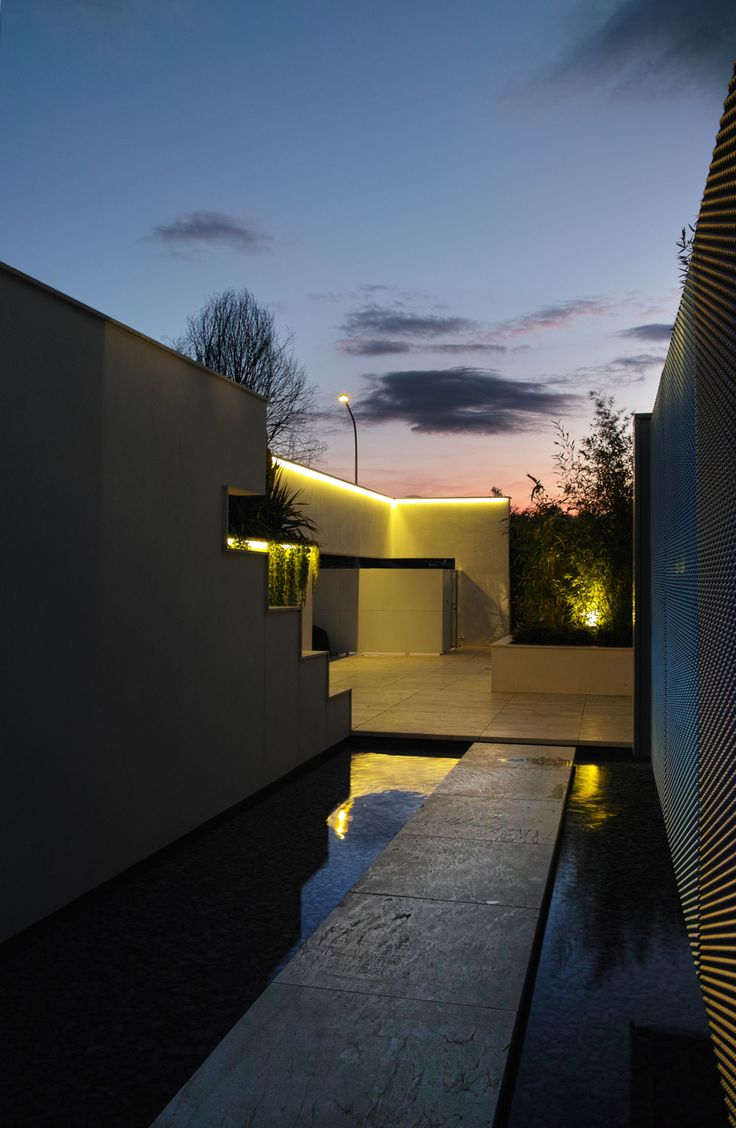 The unit is organized around a patio with the function of central court, that defines the home's life; this compositional logic allows a visual reciprocity between the different environments with many possible views.
