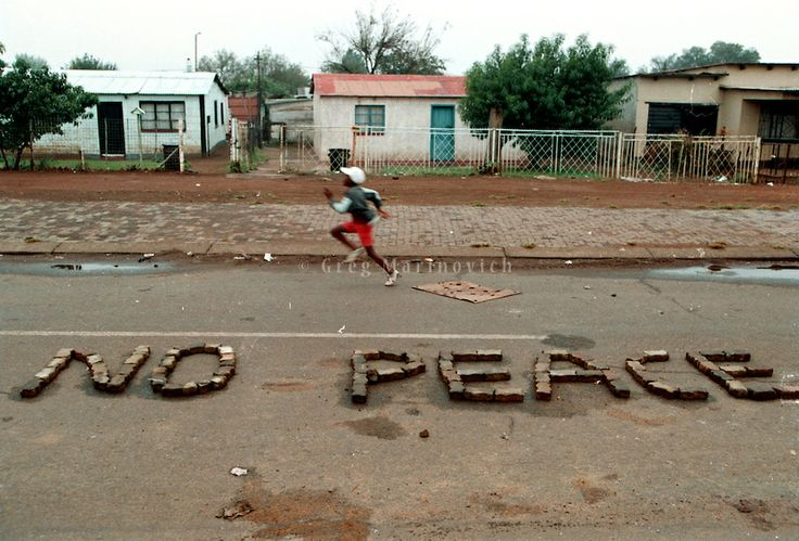 """Galería de fotos. """"No Peace"""", foto de Greg Marinovich, ganador del Pulitzer en 1991 y miembro del Bang-Bang Club. Para conocer la obra de Marinovich: http://gregmarinovich.photoshelter.com/ #Apartheid"""