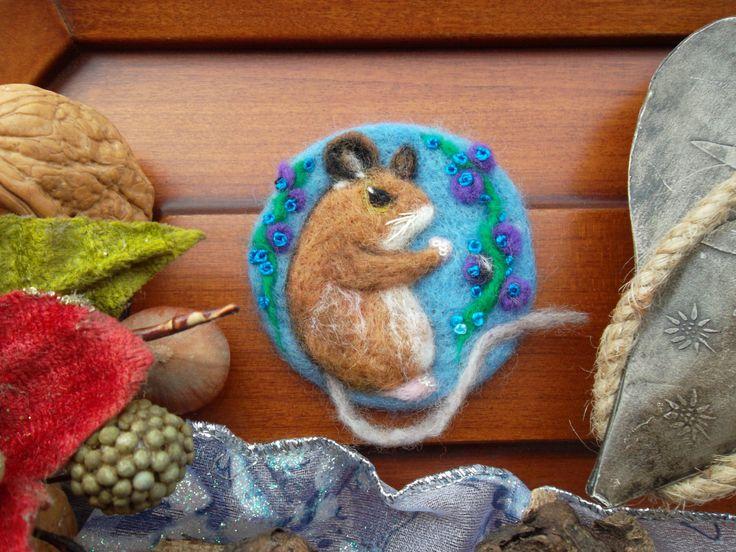 Spilla di lana topolino  infeltrito fatto a mano quadro inverno unico regalo compleanno giaponese spilla regalo natale quadro infeltrito by MondoTSK on Etsy