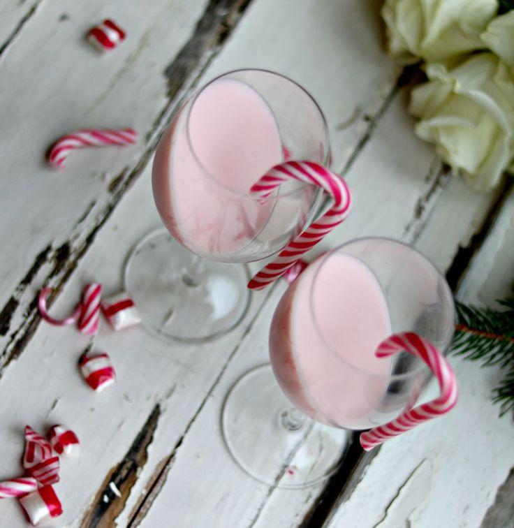 Pannacotta är verkligen en enkel dessert. Jag har aldrig misslyckats med denna dessert. Det bästa är att man kan smaksätta den efter säsong. På sommaren med jordgubbar eller rabarber, saffran till julen eller som här. Med polkagris. Perfekt till julen eller varför inte som nyårsdessert. 4 större portioner eller 8-10 små shotsglas. Pannacotta med smak [...]