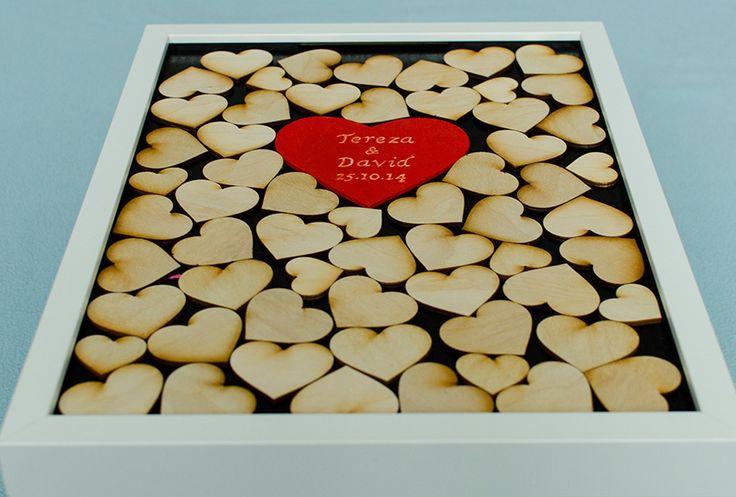 """Unikátní svatební kniha hostů """"Rám srdce"""" č.IV Zábavná alternativa svatební ,,knihy hostů."""" Každý host Vám na srdce může napsat zprávu, vytvořit malůvku nebo se jen podepsat a poté hodí srdce štěrbinou do rámu. Tím vzniká jedinečný obraz, který Vám bude navždy připomínat svatební den. Svatební sada obsahuje: obraz s rozměry 30 x 40cm, rám z dřevovláknité ..."""