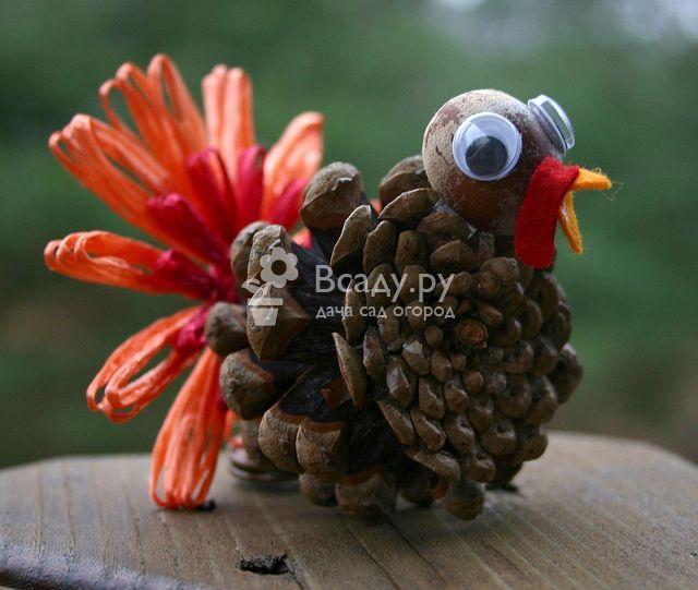 Индейка из шишек для украшения дома на День Благодарения    Индейка из шишек станет отличным украшением на День Благодарения, которое можно создать с помощью шишки, картона и клея. Результат ваших усилий удивит гостей