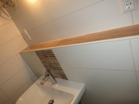 WandfliesenStbchen und Ablage in Holzoptik  Bad oben