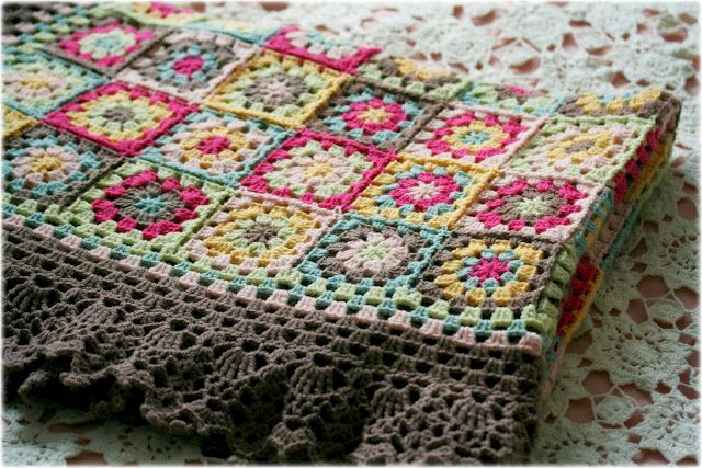 I just love that edging!Crochet Blankets, Granny Squares Blankets, Colors Combos, Beautiful Edging, Granny Squares Afghans, Blankets Ta Dahli, Sun Blankets, Crochet Knits, Coco Rose Diaries