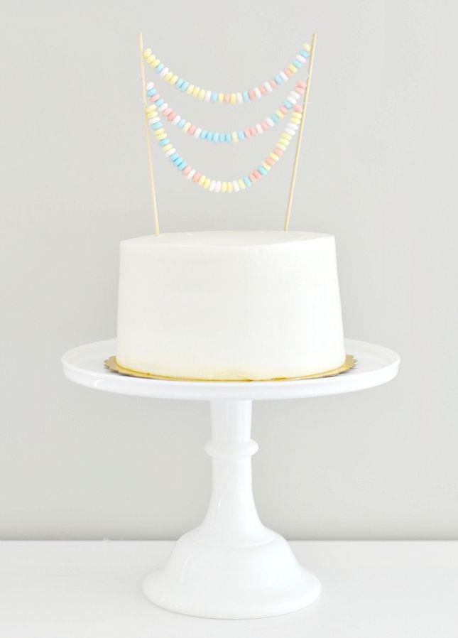 Un precioso adorno de golosinas! Via www.fiestafacil.com / A lovely candy cake decoration! Via www.fiestafacil.com