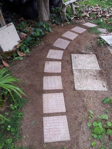 Como hacer un camino en el jard n como baldosas recicladas for Baldosas para jardin