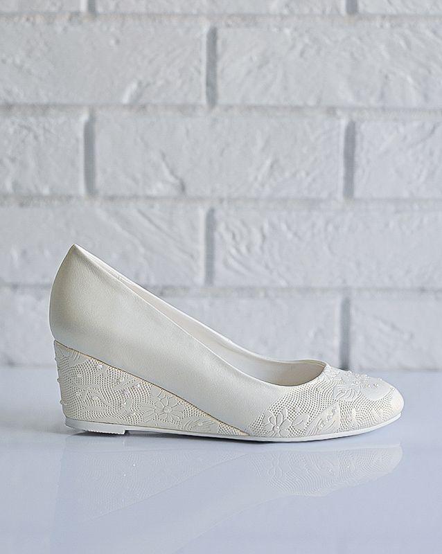 Свадебные туфли: F235-Q73 - http://vbelom.ru/catalog/svadebnye-tufli-f235-q73/ Замечательные свадебные туфли на танкетке.  Туфли с небольшой и очень удобной танкеткой. С потрясающим золотым отливом. Тиснением и бусинами дополнен мыс и каблук.