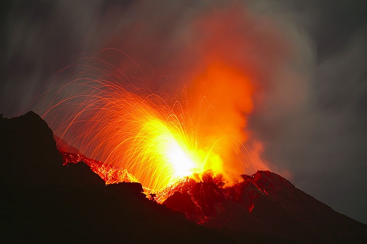 Unusually powerful eruption at Stromboli volcano as seen on April 4, 2009 - bombs are reaching the Pizzo area (where visitors usually observe the volcano). The decision to temporarily close access to the summit was certainly right.  (Photo: Tom Pfeiffer)
