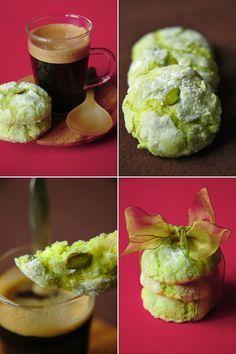 Biscuits macaronnés aux amandes et à la pistache - color fits to Christmas decor